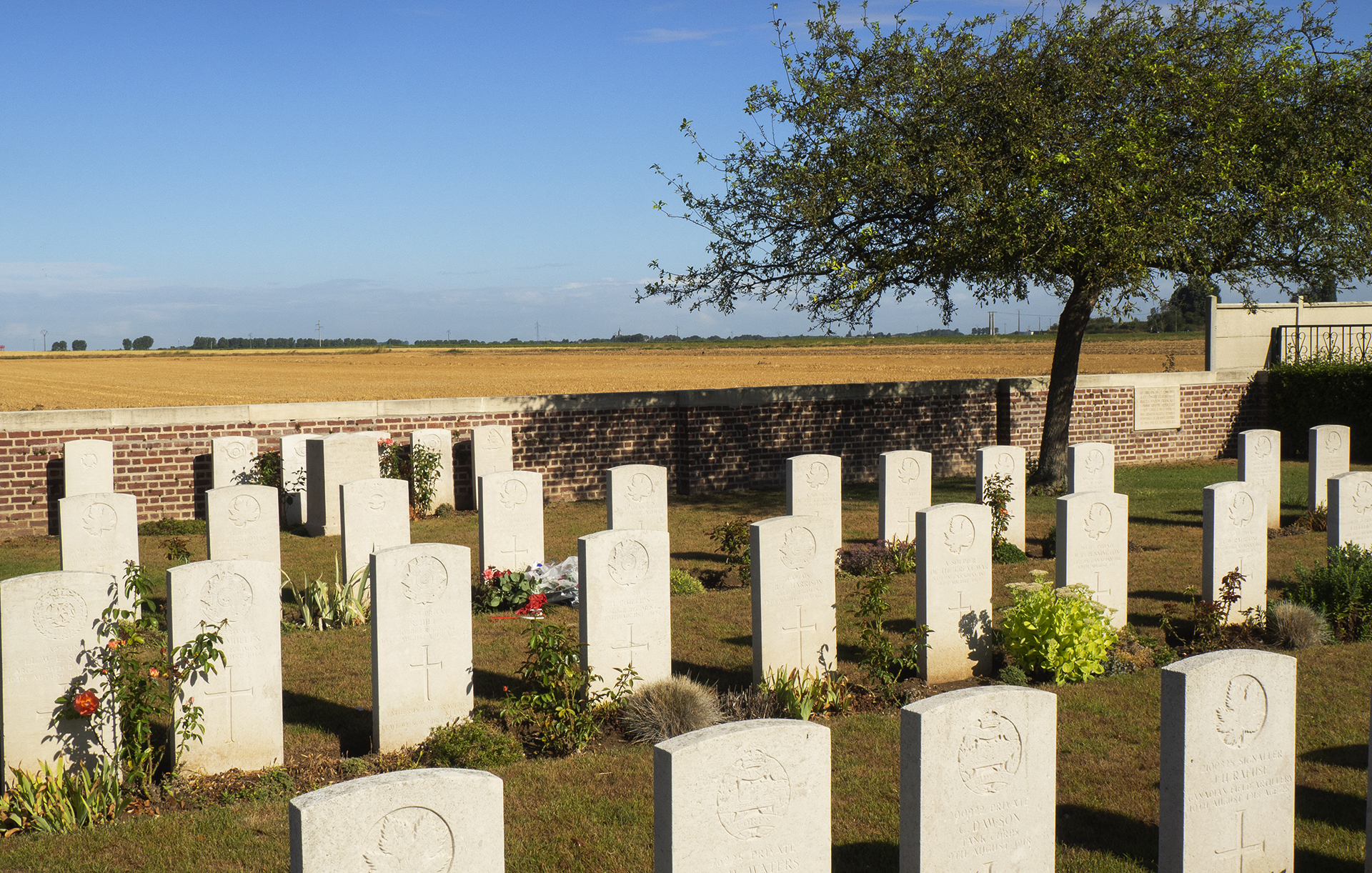 The Rosières Communal Extension Cemetery has 400+ casualties from World War I of which 283 soldiers are identified and the remaining unknown soldiers.